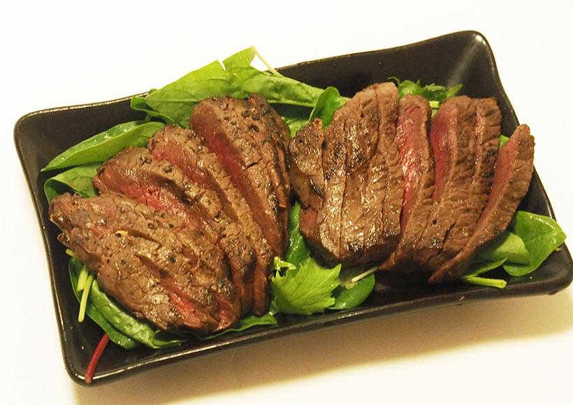 ↑NF-RT1000を購入したなら絶対試してほしい「スモークステーキ」。安い赤身の肉が、高級イタリアンの炭火焼きグリル並みの芳醇な味に変わる