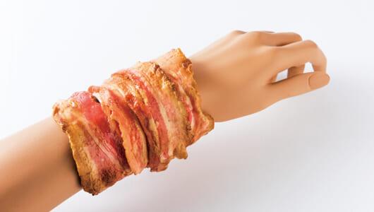 カリカリベーコンがなぜ腕に!? 完成度が高すぎて「思わず二度見」の食品サンプル