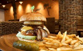 バーガーも店内も常夏のリゾートのようーー女性の心をくすぐる魅力が満載の四谷三丁目「Island Burgers」