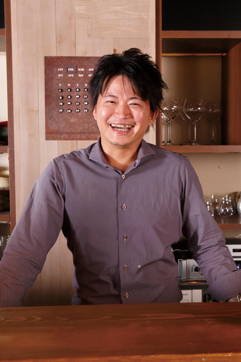 ↑ 「『料理を注文したら、お酒は店主にお任せ!』も承っております!」と田中祥友オーナー。試飲のため、休肝日がないのが目下の悩みとか