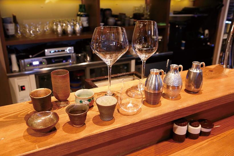 ↑リーデルのワイングラス、日本製の大吟醸グラスのほか、陶器の酒器も幅広く用意しています