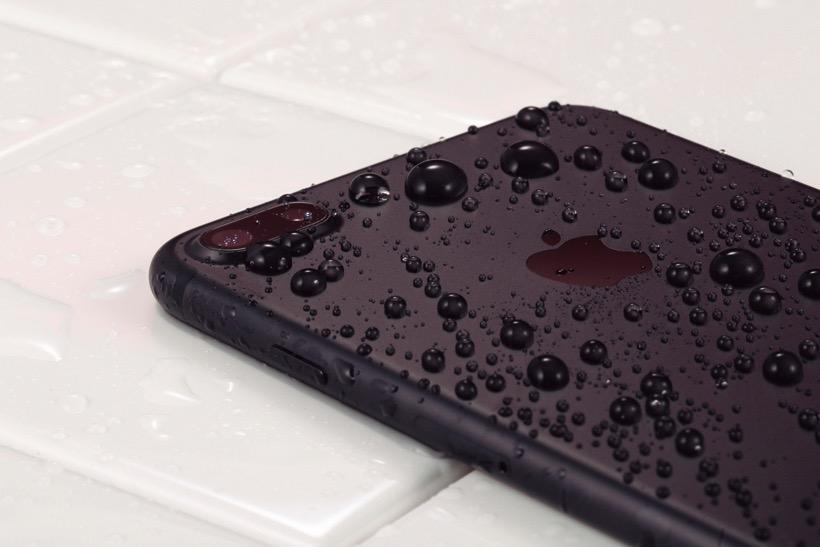 「水に落としても大丈夫。でも、お風呂は対象外なので注意が必要です。」西田宗千佳さん 「耐水・防塵が様々な故障・トラブル防止につながるので評価できます。」法林岳之さん