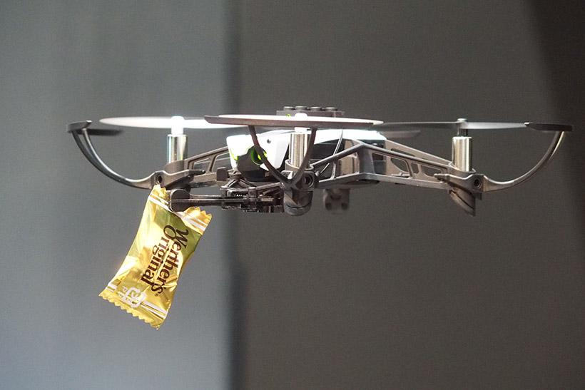 ↑付属のグラバー。本体下部に装着でき、アームを開閉して、モノを掴んだり、放したりできます。4g程度のモノを運ぶことができます
