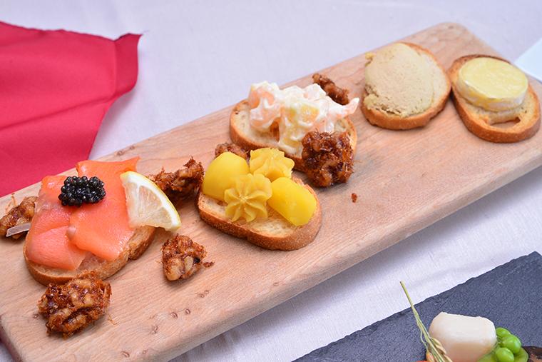 ↑スモークサーモンにキャビアを合わせたり、パンにフォアグラのムースを塗ったり