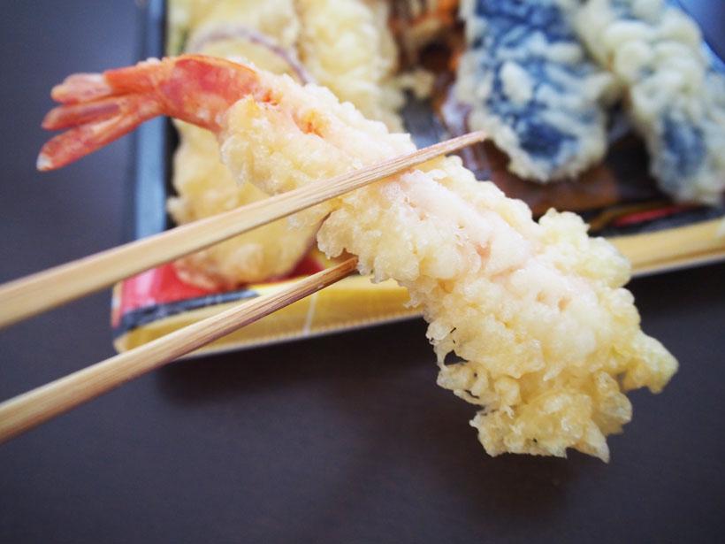 ↑スーパーで買ってきた天ぷらのエビ天。衣がしなしなで白っぽく、揚げ物感ゼロ