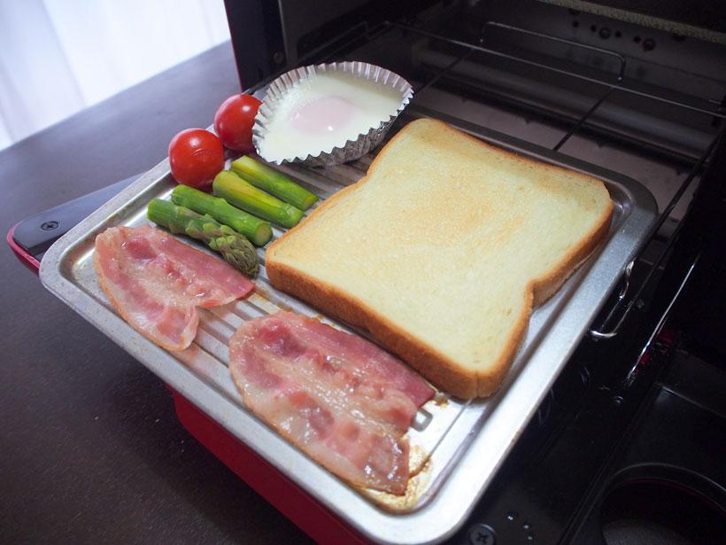 ↑同じトレーに食パンやベーコン、アスパラガスを並べます。生卵はアルミトレーに入れて