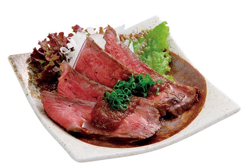 ↑ローストビーフつまみ(648円) 厳選した牛もも肉を自社工場で焼き上げた一品。食感はしっとりめ で、おろしジュレが肉のうまみを引き立てる