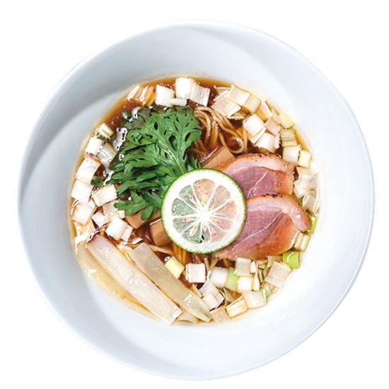 ↑鴨そば(900円) 鴨白湯つけそばとはまったく異なる透明度の高い清湯スープを使用。具材はほぼ同じだが、ふんだんに使った長ネギの存在感が大きい