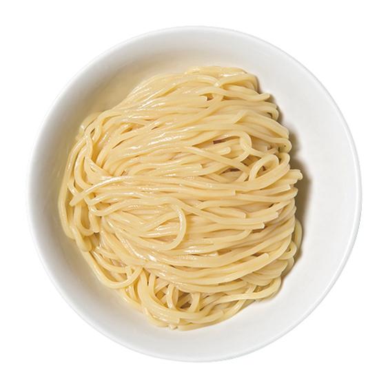 ↑つけめん(800円) 夜の部は、昼とは異なる太さの麺が、鶏ベースの出汁を使ったつけ汁とともに提供される。また、つけ汁に振りかけられる一味唐辛子は瑚椒に変わる
