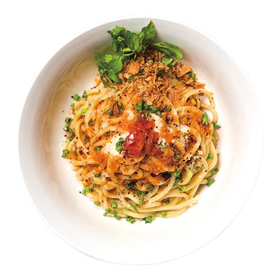↑つけ麺ペペロッソ 並+〆のリゾット(800円+200円) 他店では味わえない、トマトの効いた味がユニ ーク。辛味オイルを適量かけて食すとアクセントとなり、洋風味のインパクトが一層強まる