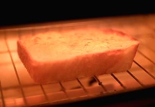 """↑ふつふつとチーズが「ザ・トースター」のなかで""""踊る""""様子が楽しい! 見た目でも匂いでも、とにかく食欲が刺激されてしまいます"""