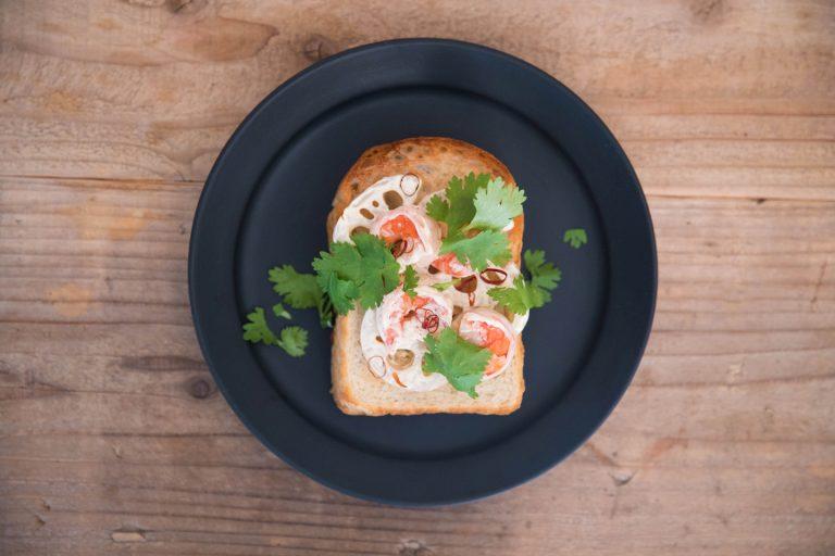 アジアンなテイストに日本料理でもおなじみのレンコンが用いられた「海老レンコンパクチー」。プリプリとシャキシャキで相反する2つの具と、トーストのカリカリ&もちもち食感の交差するコントラストが絶妙です