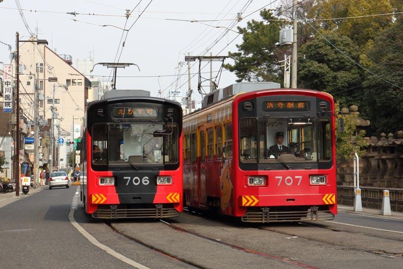 ↑モ701形同士がすれ違う。写真の住吉大社付近は、阪堺を代表する併用軌道の区間だ