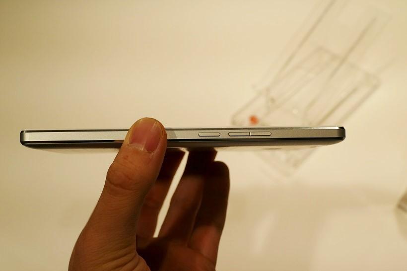 ↑5000mAhのバッテリーを搭載しつつも、薄さは8.7mmに抑えられている