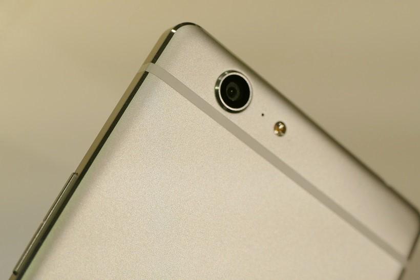 ↑カメラは、背面が1600万画素、前面が800万画素。UIもシンプルでわかりやすい