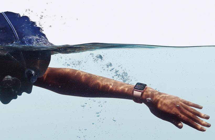 ↑50m耐水性能とGPSを備え、水泳のラップタイムなどを自動計測。消費カロリーなども記録できる