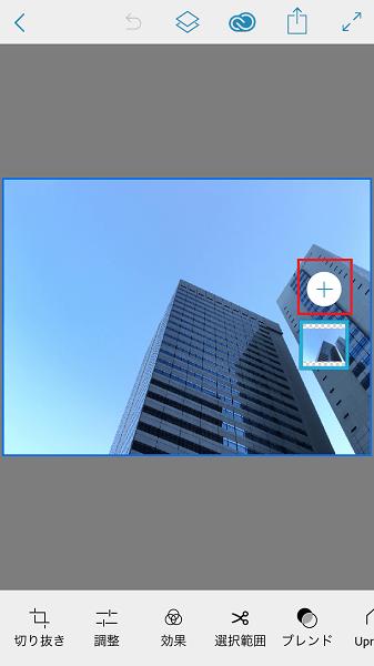 ↑「iPhoneから」→「カメラロール」の順にタップし、写真を選ぶ。「+」をタップし、合成に使う写真をもう1枚選択しよう