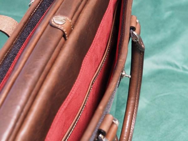 ↑表側のアオリポケットには、中央部で二つにわかれた内ポケットを装備している。内装はメインの荷室と同様、スエード調の素材が使われていて、とてもよい手触り