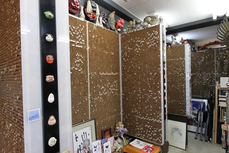 ↑業界では有名な10万本の印鑑を置いている印鑑屋さんの店内。これだけあっても日本の名字をコンプリートできない