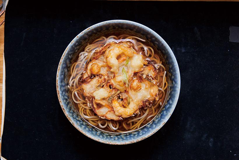 ↑海鮮かき揚げそば(500円) プリプリのえび、いか、小 柱が入ったかき揚げは揚げ たて。だしのうまみが濃 厚なつゆと一緒に食べればうまさ倍増だ