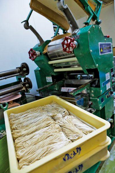 ↑2.挽きたてのそば粉で毎日何度も製麺。本当の「挽きたて、打 ちたて、ゆでたて」が食べられる