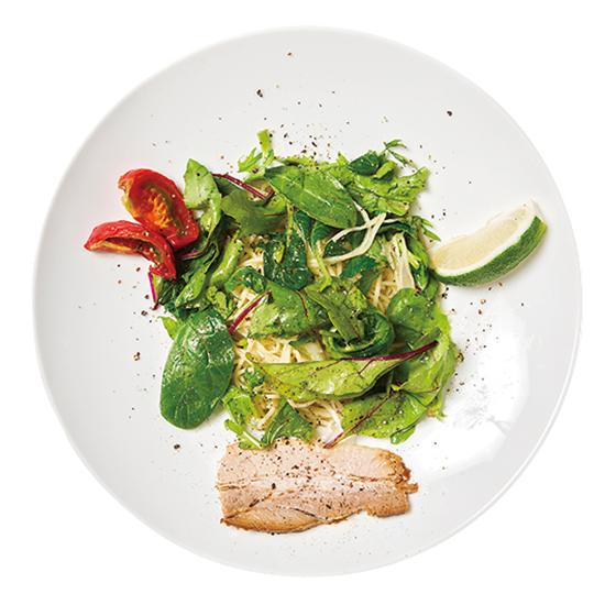 ↑エビ油そばサラダ仕立て 半熟ドライトマト添え(950円) 麺にはパスタにも使用されるデュラムセモリナ粉を使用。若干固めながら、ツルッとした喉越しなので非常に食べやすいのが特徴だ