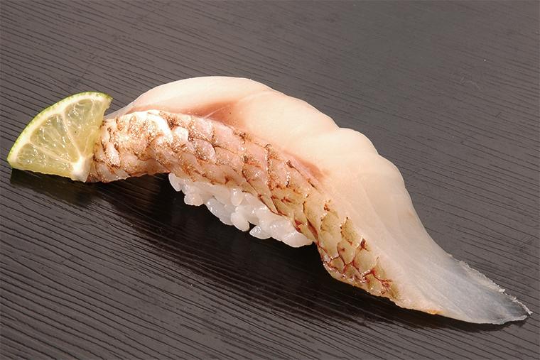 ↑のど黒/二貫(702円) 脂の乗りが抜群で「白身 のとろ」と呼ばれる高級魚。 皮ぎしをサッと炙ると脂が 溶けて、食べると香ばしい うまみがあふれ出る