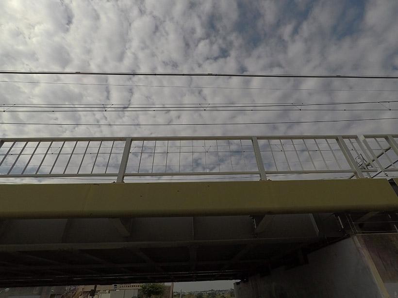 ↑同じ位置から「リニア」モードで撮影。電線も高架も、すみずみまで直線です。その代わり、「広角」よりも映る範囲は狭くなっていることがわかります
