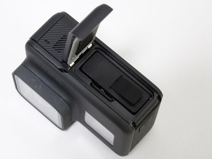 ↑バッテリーとmicroSDカードスロット。バッテリーは着脱可能なので、予備を用意したり別売のバッテリーチャージャーで充電することもできます