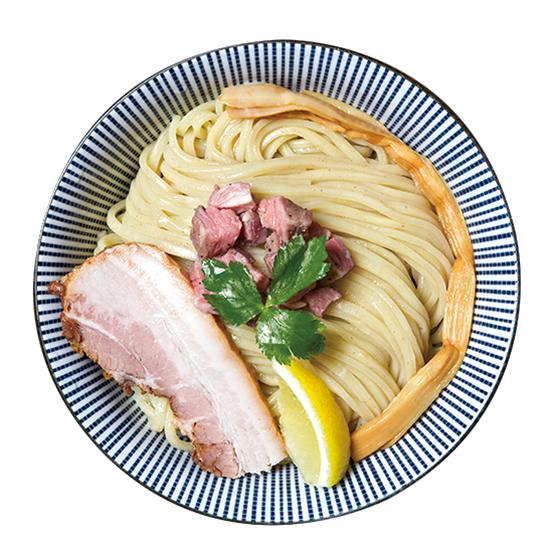 ↑ラム豚骨つけ麺(塩スパイス)(780円) スープだけでなく、チャーシューにもラム肉を使用。また、麺の中央には刻みチャーシューとしてこれでもかとトッピングされている