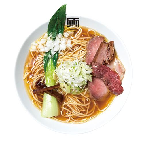 ↑醤油そば(800円) 鶏清湯スープが黄金色に輝く。チャーシューは3種入るのが贅沢だ。シャキシャキ青菜の存在感も強い