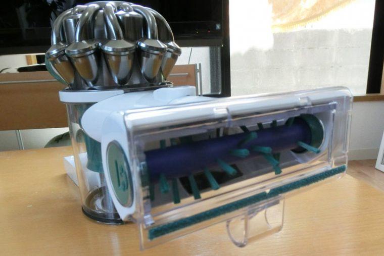 ↑ミニ モーターヘッドのブラシ。ベッドや布団の繊維に入り込んだダニアレルゲンを含むハウスダストを掻き取ります。