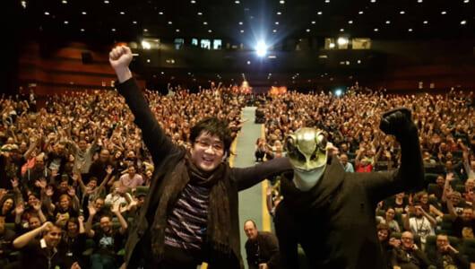 大友啓史監督&カエル男に大歓声!小栗旬主演『ミュージアム』がシッチェス映画祭で世界初上映
