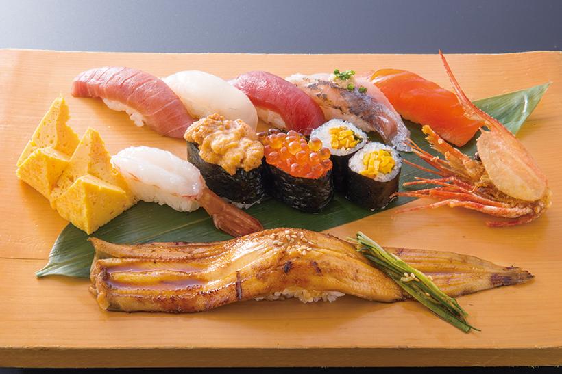 ↑寿司セット1人前/牡丹(3240円) まぐろやうになど定番ネ タと旬のネタが計11種類 勢揃い。穴子一本握りはふっくら甘く、ホッとする味。美しい盛りつけも魅力だ