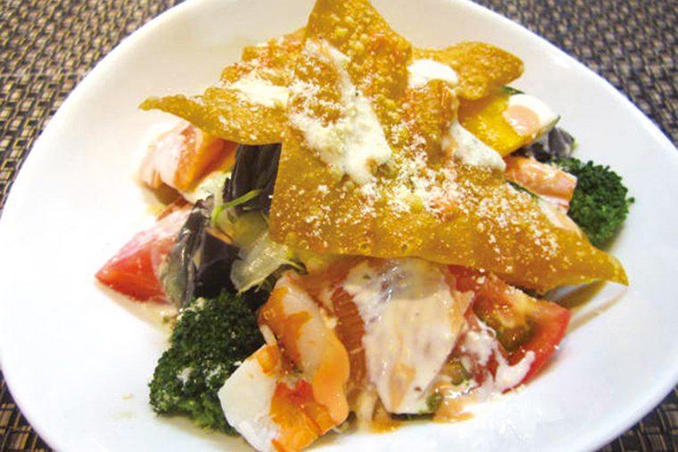↑びっくり寿司サラダ(648円) サーモンやえび、なす、 かぼちゃなど、魚介と 野菜が満載。コク深 いシーザーサラダ風 ソースでいただく