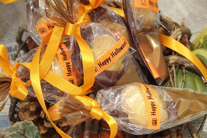 ↑ハロウィンで子どもたちに配るお菓子にラッピング。オレンジ色のテープを選べばハロウィンらしさを演出できます