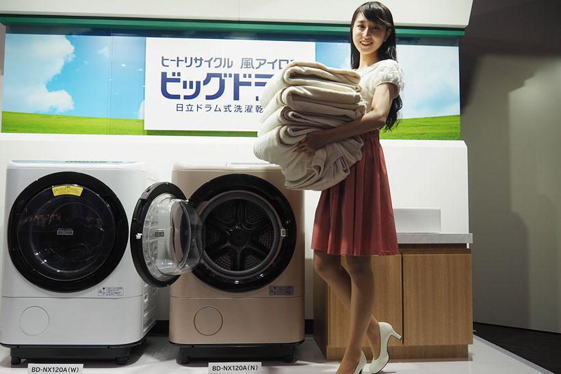 ↑モデルが手にしているシングル用毛布4枚が一度に洗濯できるBD-NX120AL(写真中央)。写真左は洗濯容量11kgのスリムタイプBD-NV110A