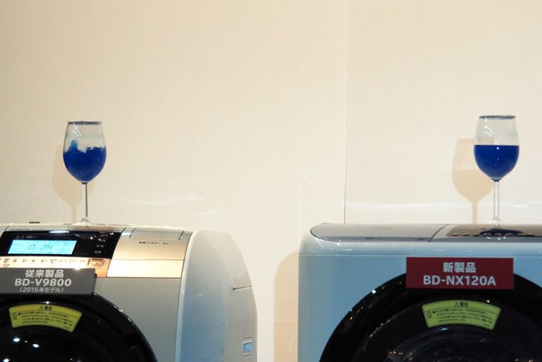 ↑ドラムが大型化すると選択時の振動が増えやすく、うるさくなる傾向があります。しかし、新モデルではほとんど振動がありません。2015年の従来機種(写真左)とBD-NX120AL(写真右)の洗濯中にワイングラスを置いたところ、従来機種はグラス内の液体が激しく動き回るのに対し、BD-NX120ALのグラス内はほとんど波立っていませんでした