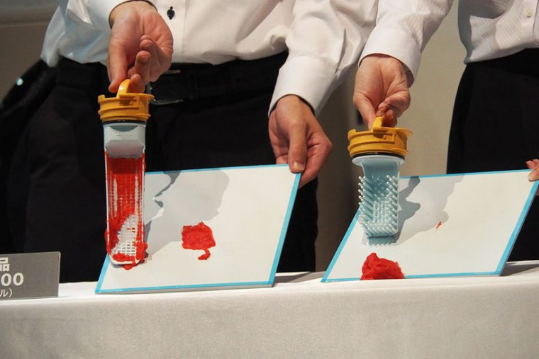 ↑従来の糸くずフィルター(写真左)と新モデルの糸くずフィルター(写真右)。発表会では赤い糸ゴミを付着させた実験も行われました。ポンとボードにフィルターを叩き付けると、新モデルのフィルターのゴミはすべて落ちたのに対し、旧モデルは糸ゴミがほとんど付着したままでした