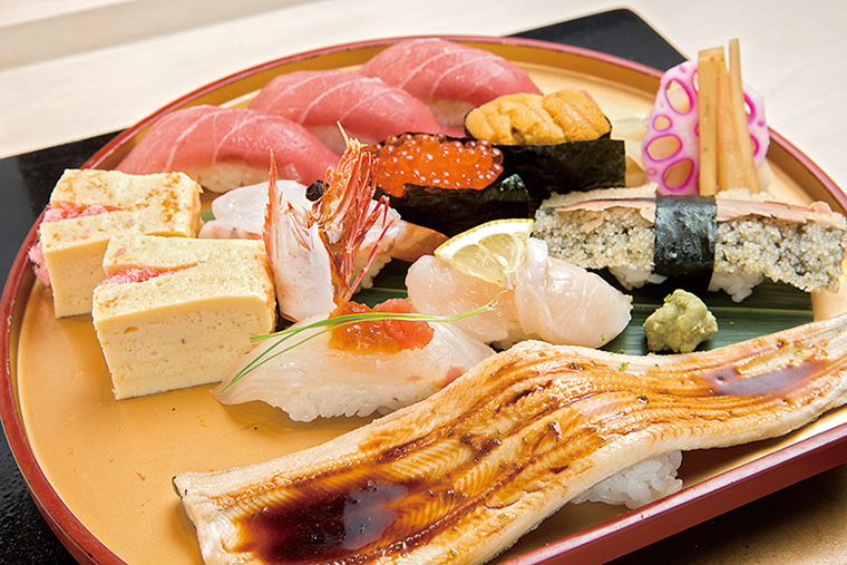 ↑陸奥にぎり(2894円) 本まぐろ中とろ三貫に穴 子、生えびなど9種類の寿 司をセットに。鯛にポン酢 のジュレが乗せられるな ど、細かな技が光る