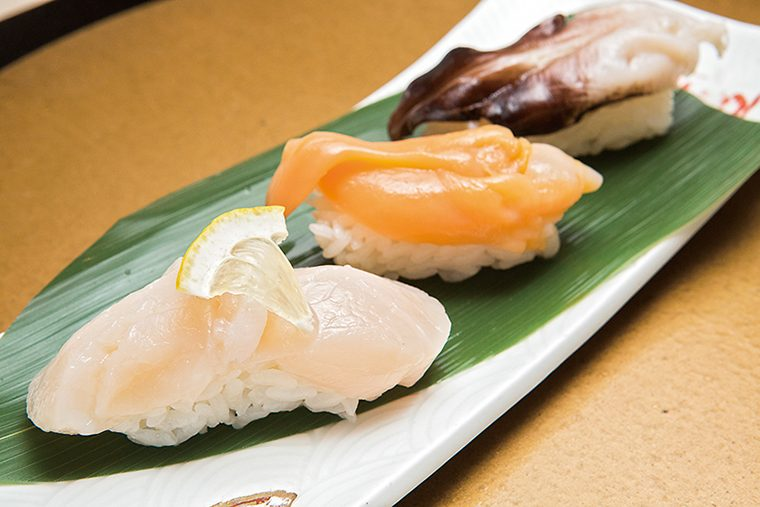↑おまかせ貝3カン(788円) その日に仕入れた貝のう ち、最も上モノの3種を使 用。取材時は風味のよいと り貝、肉厚で甘みの濃い青柳とほたてが並んだ。