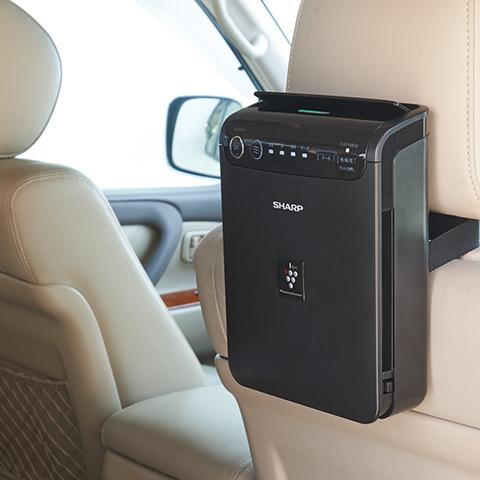 ↑付属の取り付けベルトを使って、後部座席のアームレストや、運転席・助手席の背面に簡単に取り付けられます