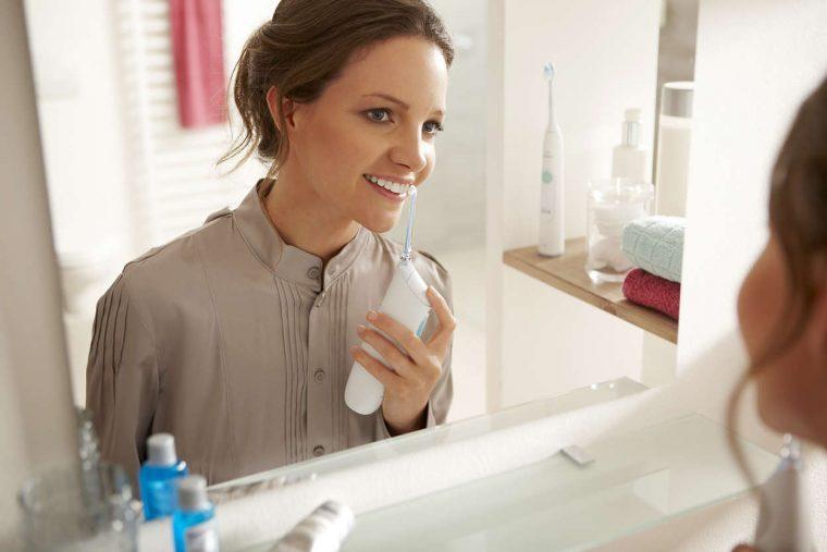 ↑ワンプッシュするだけで、歯間ブラシより手間なく簡単に歯と歯の間のお掃除ができます