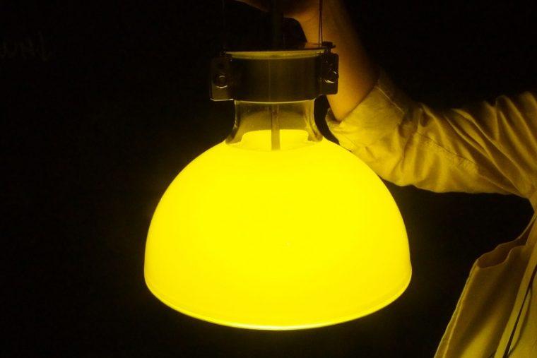 ↑中心のライト部分を上下に動かすことで、シェードからあふれる光の表情が微妙に変化する