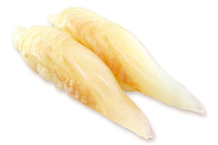 ↑活〆平目/二貫(410円) 魚を素早く血抜きす る「活〆」処理を施し たひらめ。うまみのピ ークの時間が長くな り、鮮度を保ったまま、 職人が店内で塩を 甘みだけが増す。