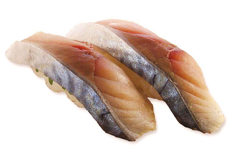 ↑自家製〆サバ/二貫(194円) 職人が店内で塩を 甘みだけが増す。 振り、酢に漬けた〆さ ば。酢の浸かり具合が 絶妙で、魚臭さは皆 無。さばのうまみをス トレートに味わえる。