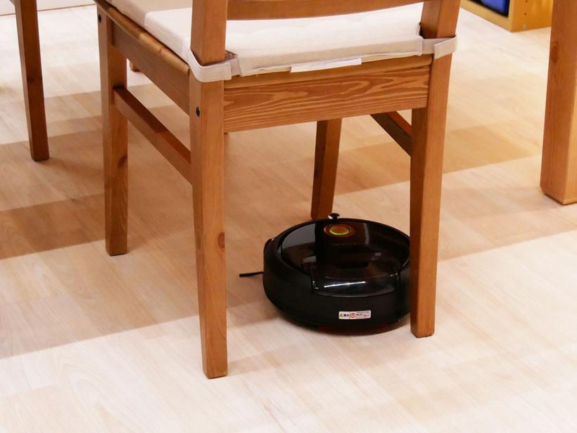 ↑その後、テーブルの脚を見つけて念入りに掃除をしてくれます
