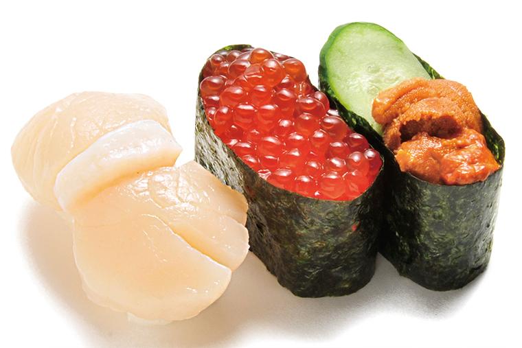 ↑北海三昧(626円) ジャンボほたて貝、いく ら、生うにと、北の味覚が たっぷり味わえる三貫セッ ト。特にほたては大型で厚 みがあり、満足感が大きい。