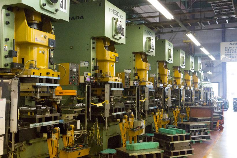 ↑ダイニチ工場内のプレス機。金型を使って部品を成形