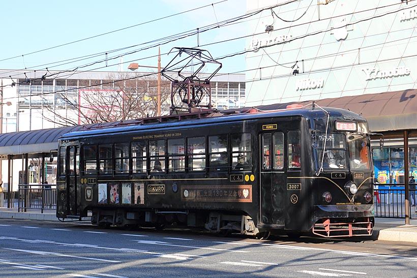 """↑3000形""""KURO""""はその名の通り車体が黒一色。元東武鉄道軌道線100形で日光市内を走っていた"""